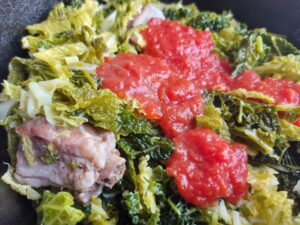 Braised pork ribs with savoy cabbage - adding the tomato sauce