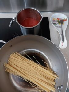Killer spaghetti - broth and pasta toasting